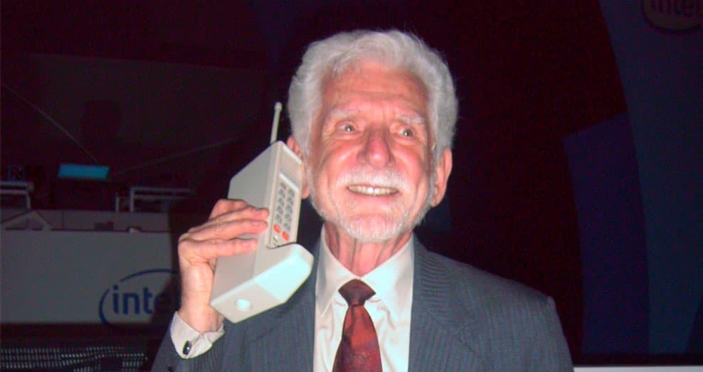 Martin Cooper realiza la primera llamada por móvil